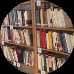 rayonnages de la bibliothèque