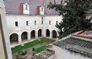 Vue depuis l'appartement culture : le jardin du cloître qui abrite la bibliothèque de Cognac